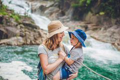 Mère et fils détendant sous une cascade Concept de vacances photographie stock