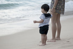 Mère et fils dans l'uniforme du ` s de marin sur la plage Image stock