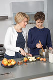 Mère et fils dans la cuisine Photographie stock libre de droits