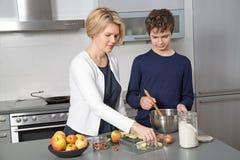 Mère et fils dans la cuisine Images libres de droits