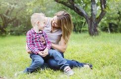 Mère et fils dans la forêt ayant l'amusement Image libre de droits
