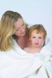Mère et fils dans le blanc Photographie stock libre de droits
