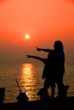 Mère et fils dans un moment profond de l'amour pendant le coucher du soleil à la plage Photos libres de droits