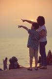 Mère et fils dans un moment profond de l'amour pendant le coucher du soleil à la plage Images libres de droits
