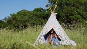 Mère et fils dans une tente dans les bois sur un pique-nique banque de vidéos
