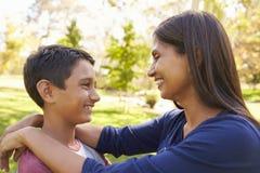 Mère et fils de métis en parc, regardant l'un l'autre Image stock