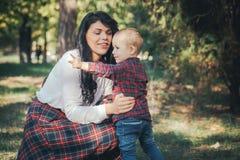 Mère et fils de sourire sur la forêt Photographie stock libre de droits