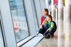 Mère et fils de voyage de famille dans l'aéroport Image stock