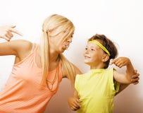 Mère et fils drôles avec le bubble-gum Photo libre de droits