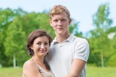 Mère et fils en parc Photo stock