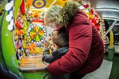 Mère et fils en parc d'attractions Images libres de droits
