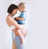 Mère et fils enceintes à la maison Photographie stock libre de droits