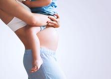 Mère et fils enceintes à la maison Image libre de droits