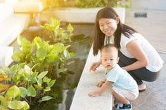 Mère et fils extérieurs photographie stock