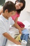 Mère et fils faisant la blanchisserie image stock