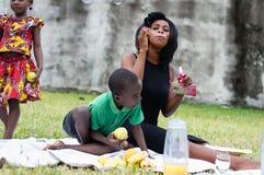 Mère et fils faisant un pique-nique image libre de droits