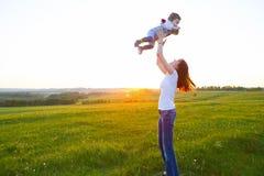 Mère et fils heureux à la lumière du soleil de coucher du soleil Photo libre de droits