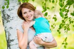 Mère et fils heureux au champ Photographie stock libre de droits