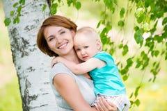 Mère et fils heureux au champ Image stock