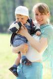 Mère et fils heureux au printemps Photos libres de droits