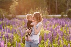 Mère et fils heureux dans le domaine de loup de floraison Photo libre de droits