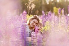 Mère et fils heureux dans le domaine de loup de floraison Photos libres de droits