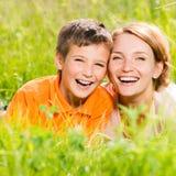Mère et fils heureux en stationnement Photographie stock libre de droits