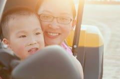 Mère et fils heureux sur le kart image stock
