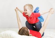 Mère et fils jouant à la maison Photo stock