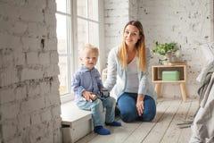 Mère et fils jouant à la maison Femme et enfant Photos libres de droits