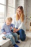 Mère et fils jouant à la maison Garçon de femme et d'enfant Photos stock