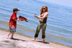 Mère et fils jouant au Photos libres de droits