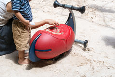 Mère et fils jouant avec le sable sur l'équipement coloré dans le playgr Image libre de droits