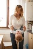 Mère et fils jouant ensemble Photos stock
