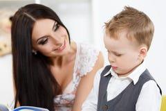 Mère et fils jouant et apprenant Photos stock