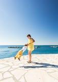 Mère et fils jouant sur la plage tropicale d'été Photographie stock