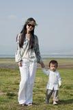 Mère et fils marchant au stationnement Photo stock