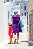 Mère et fils marchant dans Santorini, Grèce Photos stock
