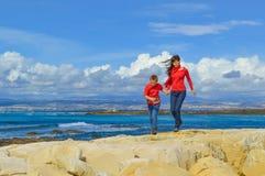 Mère et fils marchant ensemble Image stock