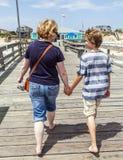 Mère et fils marchant main dans la main Photo libre de droits