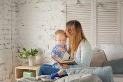 Mère et fils mignons avec un livre Photos libres de droits