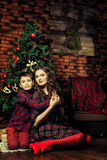 Mère et fils près d'un arbre de Noël Photo stock