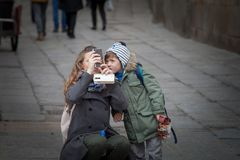 Mère et fils prenant des photos dans la vieille ville de Salamanque photographie stock