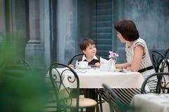 Mère et fils prenant le déjeuner ensemble Photographie stock libre de droits