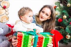 Mère et fils se préparant à Noël Photos libres de droits