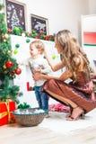Mère et fils se préparant à Noël Images stock