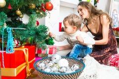 Mère et fils se préparant à Noël Photographie stock