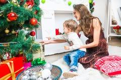 Mère et fils se préparant à Noël Images libres de droits