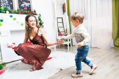 Mère et fils se préparant à Noël Photos stock