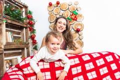 Mère et fils se préparant à Noël Photographie stock libre de droits